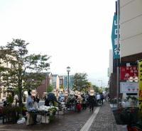 柳井駅前の通りにお店がずらり
