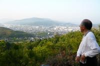 町を眺めて一休みする山本しげたろう(山本繁太郎)の写真♪
